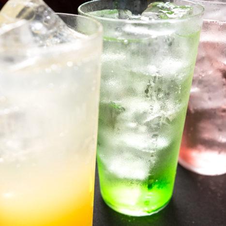 グラスに注がれた様々なお酒