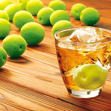 梅の果実とグラスに入ったロックの梅酒